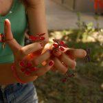 Kézműves gyűrűk piros, kék és lila színben. Minden ujjra egy.