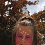 Rózsaszín pillangó és kislány