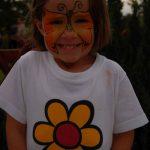 Virág a pólón, pillangó az arcon